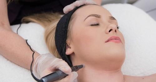 Dermatude behandling af ansigt, hals & decolleté